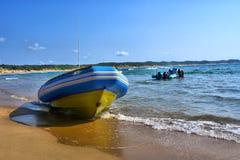 潜水者的小船在海滩说谎 免版税库存照片