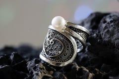 Soe a colar de prata da joia com a uma pérola no fundo de pedra Fotografia de Stock Royalty Free
