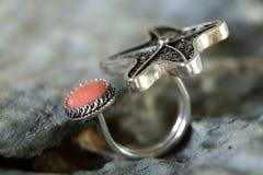 Soe a colar de prata da joia com a uma pedra de gema na pedra Fotografia de Stock