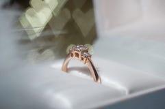 Soe com diamante em uma caixa na perspectiva dos corações Dia do `s do Valentim Fotografia de Stock