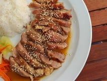 Soße teriyaki Schweinefleisch des selektiven Fokus diente mit Gemüse Lizenzfreie Stockfotos
