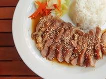Soße teriyaki Schweinefleisch des selektiven Fokus diente mit Gemüse Lizenzfreies Stockbild