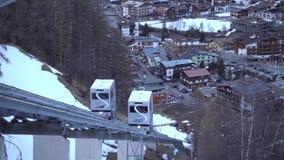Soelden Österrike - mars 30, 2018: Bergbanan i ett populärt skidar semesterorten Soelden i Österrike arkivfilmer
