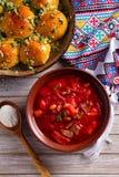 Soep borscht met groenten, vlees, boon en bietenwortel wordt gemaakt die Broodjes Pampushky - Oekraïens knoflookbrood royalty-vrije stock foto