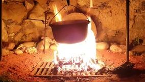 soep in een grote steelpan op de brand stock videobeelden