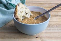 Soep en brood - Hartelijk rundvlees en groentesoep met olijfciaba royalty-vrije stock fotografie