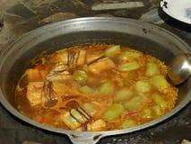 Soep met duidelijke groene kleine peper en groenten in een pot direct op de brand Het voedsel van Oezbekistan Stock Foto