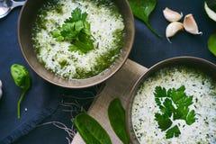 Soep met spinazie en knoflook Stock Afbeeldingen