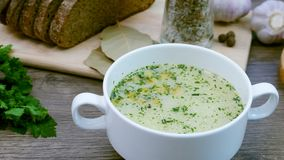 Soep met verse groenten en brood wordt verfraaid dat stock video
