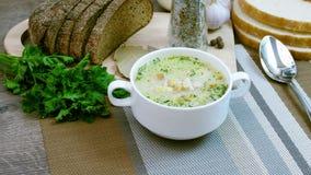Soep met verse groenten en brood wordt verfraaid dat stock videobeelden