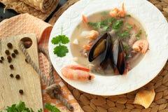 Soep met zeevruchten en garnalen op een plaat Royalty-vrije Stock Foto