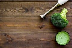 Soep van de kok de groene room met groenten Broccoli en mixer op de donkere houten ruimte van het de meningsexemplaar van de lijs Stock Foto's