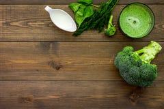 Soep van de kok de groene room met groenten Broccoli, room en mixer op de donkere houten ruimte van het de meningsexemplaar van d Stock Afbeeldingen