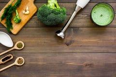 Soep van de kok de groene room met groenten Broccoli, room, kruiden, mixer op de donkere houten ruimte van het de meningsexemplaa Royalty-vrije Stock Foto