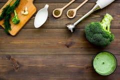 Soep van de kok de groene room met groenten Broccoli, room, kruiden, mixer op de donkere houten ruimte van het de meningsexemplaa Stock Afbeeldingen