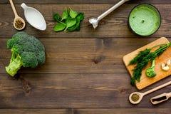 Soep van de kok de groene room met groenten Broccoli, room, kruiden, mixer op de donkere houten ruimte van het de meningsexemplaa Royalty-vrije Stock Foto's