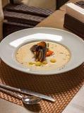 Soep van mosselen, wortelen en aardappels in een witte plaat Het diner van het huwelijk met gerookt broodjesvlees en tomaten royalty-vrije stock afbeeldingen