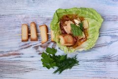 Soep in vleesbouillon wordt gekookt met verse kruiden en croutons in een plaat van koolblad dat royalty-vrije stock foto's