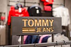 Soest, Γερμανία - 9 Ιανουαρίου 2019: Σημάδι τζιν του Tommy στο κατάστημα στοκ εικόνα