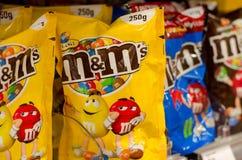 Soest, Германия - 2-ое января 2018: Крупный план шоколадов пакета M&M красочных в форме кнопк сделанных Марсом Inc стоковое изображение