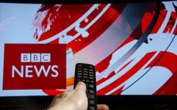Soest, Германия - 14-ое января 2018: Человек смотря новости BBC по телевизору Новости BBC рабочее разделение дела великобританско стоковые фото