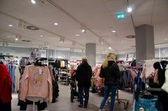 Soest, Германия - 17-ое декабря 2018: Покупатели в магазине одежды H&M H&M Hennes & Mauritz AB шведская многонациональная одежда стоковое изображение