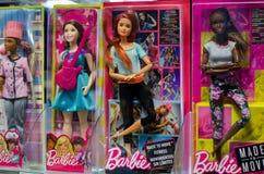 Soest, Германия - 22-ое декабря 2018: Barbie забавляется для продажи в стойке супермаркета Barbie кукла моды изготовленная  стоковые фото