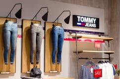 Soest, Alemanha - 9 de janeiro de 2019: Roupa de Tommy Jeans na loja fotografia de stock royalty free