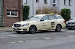 Soest, Alemania - 18 de diciembre de 2017: El taxi Mercedes de Alemania conduce en una calle imagen de archivo libre de regalías