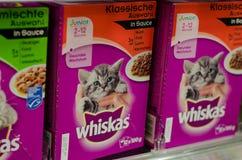 Soest, Alemania - 2 de enero de 2018: primer de la comida para gatos de los paquetes de Whiskas Whiskas es una marca de comida pa fotografía de archivo libre de regalías