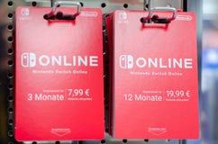 Soest, Alemania - 12 de enero de 2019: Tarjetas en línea del interruptor de Nintendo en venta en la tienda foto de archivo