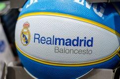 Soest, Allemagne - 7 janvier 2019 : L'anglais de Baloncesto de Real Madrid : Boule Spalding de basket-ball de Real Madrid images libres de droits