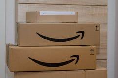 Soest, Duitsland - December 12, 2018: De doos van het Amazon Primekarton stock afbeeldingen