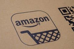 Soest, Duitsland - December 19, 2017: Het Embleem van Amazonië met QR-code op kartonenvelop amazonië com, Inc , is een Amerikaan stock foto's