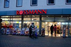 Soest, Duitsland - December 19, 2017: Rossmannopslag Rossmann is second-largest drogisterij van Duitsland met andere 3.600 binnen stock fotografie