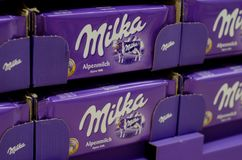 Soest, Duitsland - Januari 8, 2018: Milka Chocolate voor verkoop in de supermarkt Milka is een merk van chocoladegebak dat royalty-vrije stock afbeeldingen