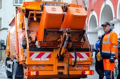 Soest, Germania - 31 dicembre 2018: Veicolo per la raccolta rifiuti con i lavoratori in Germania immagini stock