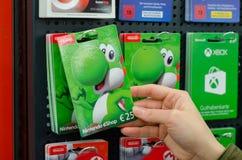 Soest, Germania - 8 gennaio 2019: Carte di regalo del eShop di Nintendo da vendere nel negozio immagine stock