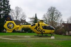 Soest Niemcy, Grudzień, - 23, 2017: ADAC Medyczny nagły wypadek śmigłowcowy Luftrettung Eurocopter EC-135 P2 obraz royalty free