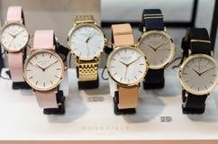 Soest Niemcy, Styczeń, - 14, 2019: ROSEFIELD zegarki w sklepowym okno obraz stock