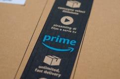 Soest Tyskland - December 12, 2018: Amazon Primekartong royaltyfri foto