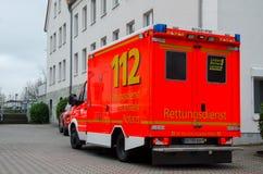 Soest Tyskland - December 23, 2017: Tysk bil för ambulansservice 112 är det europeiska nöd- numret som kan vara ringt fritt av royaltyfria foton