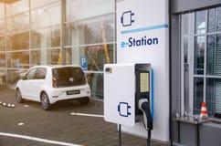 Soest Tyskland - Januari 1, 2019: E-station på gatan arkivfoton