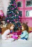 Soeur, cadeau, arbre Le concept de Noël et d'un nouveau voix pour heureux Photos stock