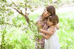 Soeur de filles avec les fleurs, l'offre et amour de ressort Photos libres de droits