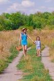 Soeur de filles dans un domaine avec des fleurs Photos libres de droits