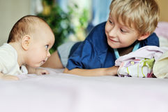 Soeur de frère et de bébé Image libre de droits