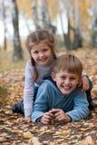Soeur et frère à l'extérieur Photographie stock libre de droits