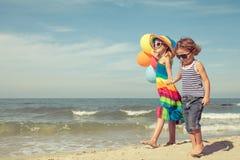 Soeur et frère jouant sur la plage Photographie stock