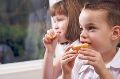 Soeur et frère mangeant un Apple Photo stock